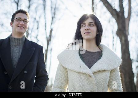 Zwei Personen, ein paar, Mann und Frau im Wald an einem Wintertag. - Stockfoto
