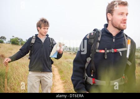 Zwei männliche Wanderer mit Rucksack und Karte - Stockfoto