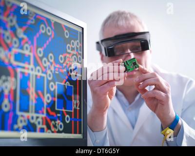 Ingenieur-Inspektion von elektronischen Schaltungen für den automobilen Einsatz - Stockfoto