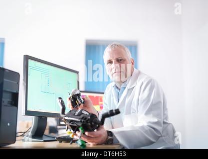 Porträt des Ingenieurs Entwurf von elektronischen Schaltungen für den automobilen Einsatz - Stockfoto