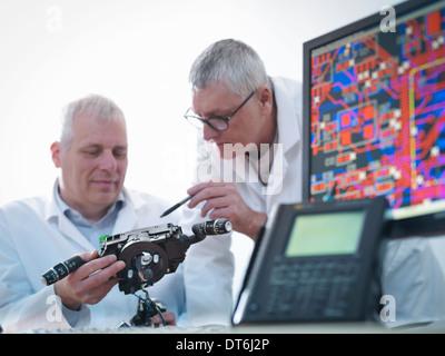 Ingenieure entwerfen elektronische Schaltungen für den automobilen Einsatz - Stockfoto