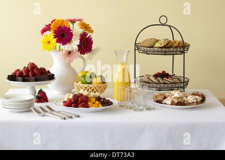 Gesundes und leckeres kontinentales Frühstück vom Buffet auf einem weißen Leinen Tisch in eine helle sonnige Zimmer. - Stockfoto