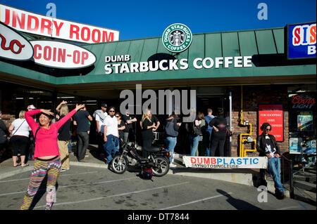 Los Angeles, Kalifornien, USA. 10. Februar 2014. 10. Februar 2014. Dumme Starbucks in Los Angeles Kalifornien zieht - Stockfoto