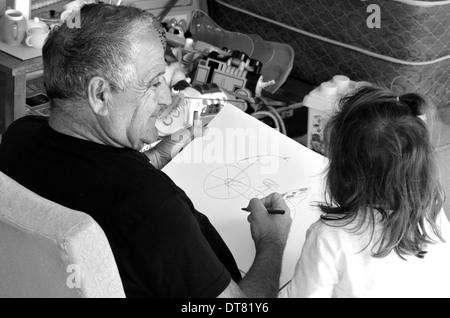 Großvater zeichnen ein Bild für seine Enkelin. (BW) - Stockfoto