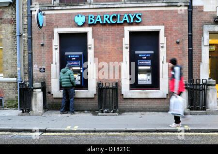 Ein Mann verwendet einen Geldautomaten bei der Barclays Bank im Zentrum von London - Stockfoto