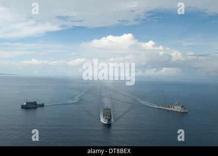 USNS Matthew Perry, USS Pearl Harbor und HMNZS Canterbury transit die Vella Gulf. - Stockfoto