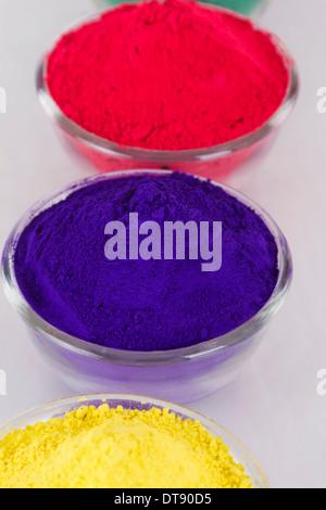 Erhöhte Ansicht Pulver Farbe in Schüssel - Stockfoto