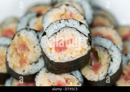 Closeup horizontale Foto von einem einzigen würzige Thunfisch Rollen auf Sushi-Stapel - Stockfoto