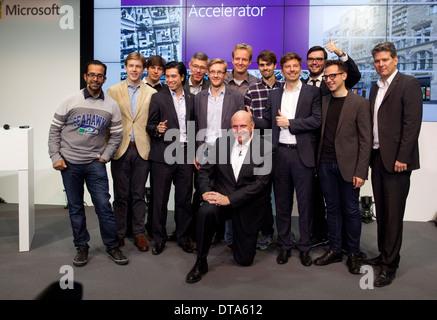 Berlin, Deutschland, den scheidenden Microsoft CEO Steve Ballmer mit Jungunternehmer - Stockfoto