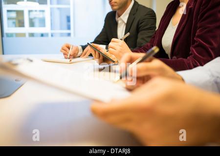 Nahaufnahme der Geschäftsfrau Hände schreiben auf TabletPC während eines Meetings - Stockfoto