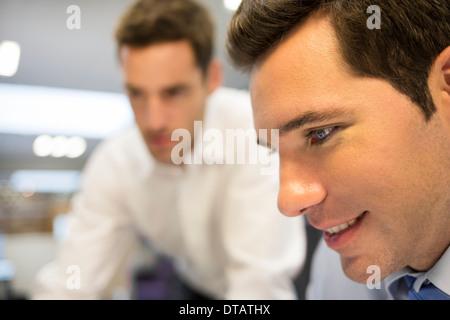Zwei Händler, die im Büro arbeiten - Stockfoto
