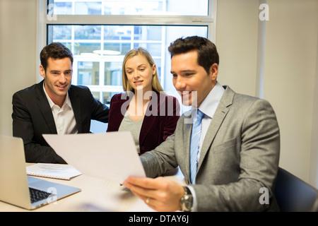 Immobilien Anzeigen-Vertrag bei junges Paar, neue Eigentümer - Stockfoto