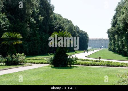 Ansicht von Margherita oder Korb Brunnen mit hinten Königspalast Caserta in Caserta Italien dieser Hintergrund Teil - Stockfoto