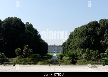 Blick über Margherita oder Korb Brunnen in Richtung der hinteren Fassade Royal Palace Caserta Italien dieser Brunnen - Stockfoto