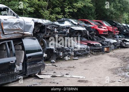 Zerquetschten Autos im Schrott Hof UK - Stockfoto