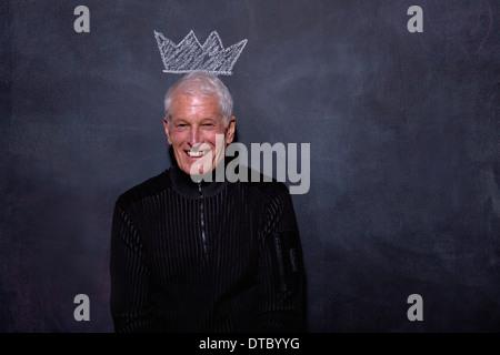 Porträt der ältere Mann vor Kreide Krone auf Tafel - Stockfoto