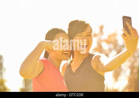 Zwei junge Frauen machen Selbstporträt im park - Stockfoto