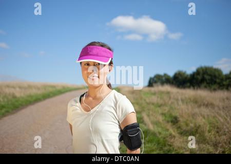 Porträt der jungen weiblichen Läufer auf Feldweg - Stockfoto