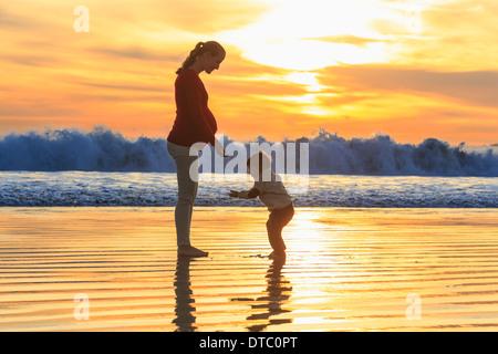 Mutter und Kleinkind Sohn spielt am Strand bei Sonnenuntergang, San Diego, Kalifornien, USA - Stockfoto
