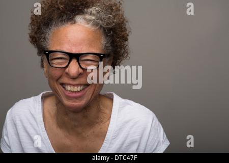 Studioportrait glücklich senior Frau - Stockfoto