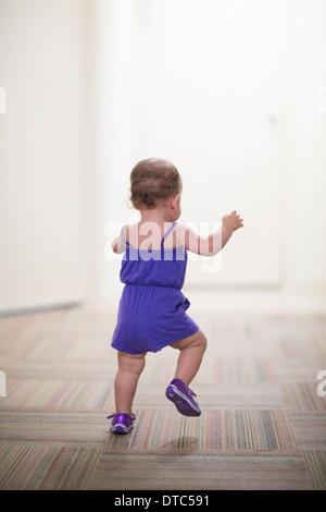 Kleinkind Mädchen laufen lernen - Stockfoto