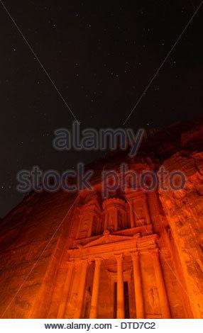 Das Finanzministerium (Al Khazneh) In Petra Licht von Hunderten von Kerzen unter einem Sternenhimmel, Petra, Jordanien - Stockfoto