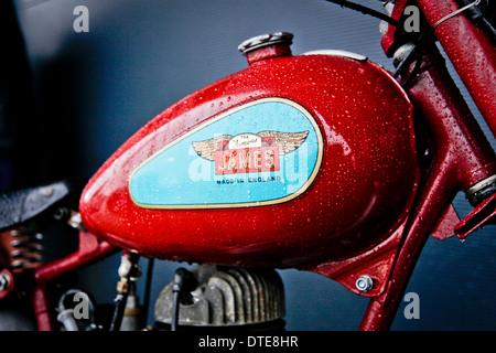 Ein Jahrgang James Motorrad-Tank mit Regen tropfte die Lackierung - Stockfoto