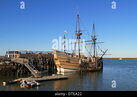 Eine Nachbildung der Mayflower in den Hafen von Plymouth, Massachusetts, USA - Stockfoto