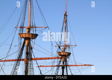 Eine Nachbildung der Mayflower in den Hafen von Plymouth, Massachusetts, USA. Bild der Masten und Crowsnest isolieren - Stockfoto