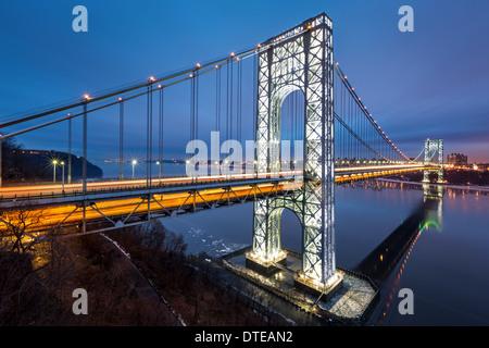 George Washington Bridge voll beleuchtet, um 2014 American Football Big Game veranstaltet von New Jersey und New - Stockfoto