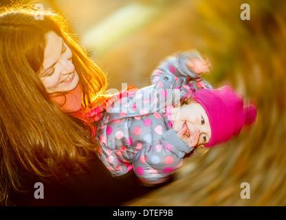 Mutter und Tochter spielen im park - Stockfoto