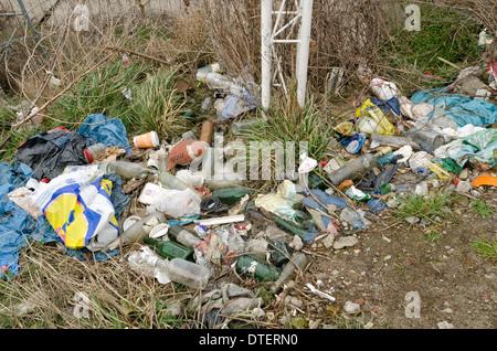 Haufen von weggeworfenen Plastiktüten Flaschen Container links am Rand des Ödlands erstellen ein Dorn im Auge und - Stockfoto