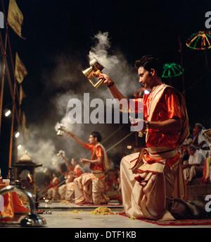 Ganga Aarti Hindu Puja am Dashashwamedh Ghat Fluss Ganges in Varanasi Benares in Uttar Pradesh in Indien in Südasien. - Stockfoto