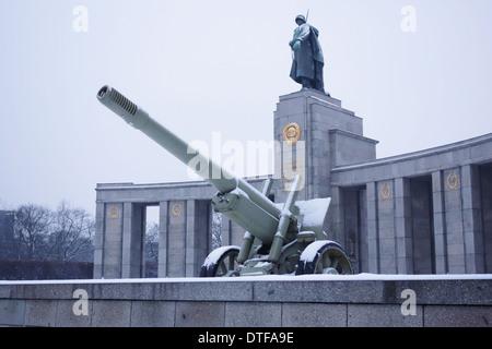 Berlin, Deutschland - 27. Januar 2014: Schnee in das Sowjetische Ehrenmal im Tiergarten, Berlin. - Stockfoto