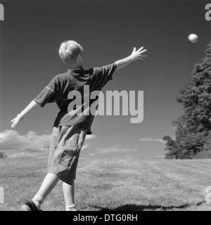Junge werfen Softball Crane Beach, Ipswich, Massachusetts. AKA wirft des Monds
