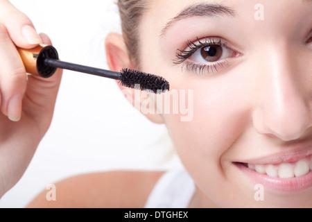 Teenager-Mädchen Wimperntusche auftragen - Stockfoto