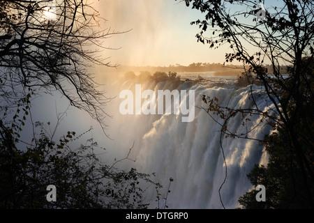Blick auf den Victoria-Wasserfällen.  Die Victoriafälle sind eines der weltweit spektakulärsten stürzt. 2 km(1.2mi) - Stockfoto