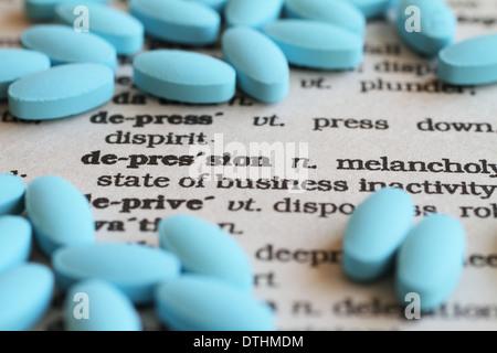 Das Wort, Depression, umgeben von anti-Beruhigungsmittel Pillen. - Stockfoto