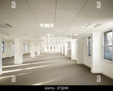 Innere Leere Büroflächen im Geschäftshaus, King Street, Leeds, Yorkshire. - Stockfoto
