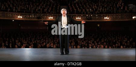 Dirigent, die Durchführung auf der Bühne im theater - Stockfoto