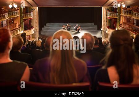 Zuschauer-Viertel auf der Bühne im Theater aufzutreten - Stockfoto