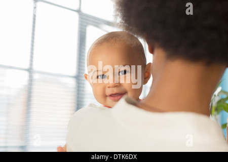 Mutter Holding baby boy - Stockfoto