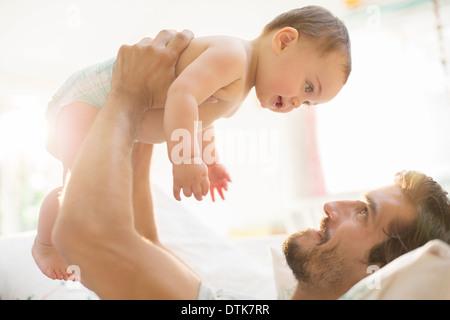 Vater mit Baby spielen - Stockfoto