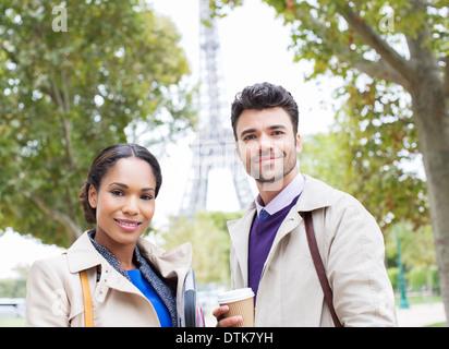 Geschäftsleute, die lächelnd im Park in der Nähe von Eiffelturm, Paris, Frankreich - Stockfoto