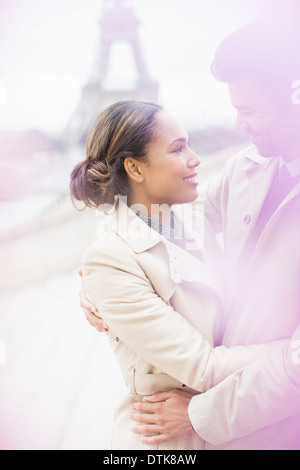 Paar umarmt vor Eiffelturm, Paris, Frankreich - Stockfoto
