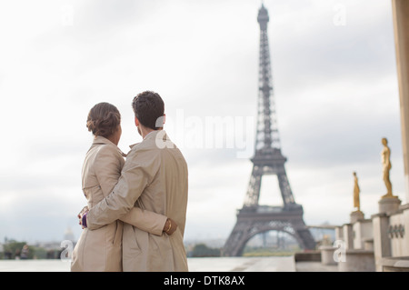 Paar bewundern, Eiffelturm, Paris, Frankreich - Stockfoto
