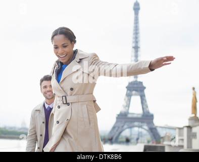 Paare, die vor Eiffelturm, Paris, Frankreich - Stockfoto