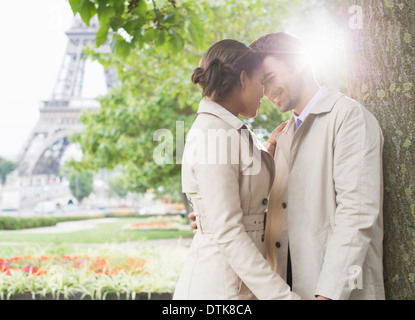 Paar küssen im Park in der Nähe von Eiffelturm, Paris, Frankreich - Stockfoto