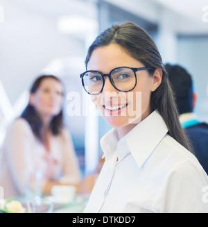 Geschäftsfrau, die lächelnd in treffen - Stockfoto
