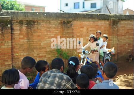 Madagaskar, Antsirabe, Kinder, Bilder von Mädchen auf Motorrad während Art uns alle Aktivitäten - Stockfoto